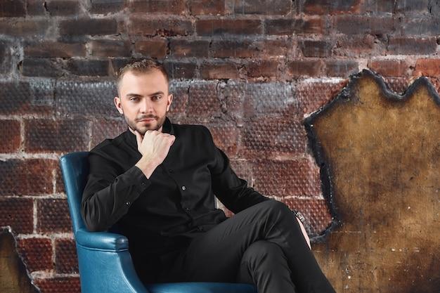 Uno psicologo maschio nel suo ufficio è pronto a ricevere i pazienti, un concetto di psicologia Foto Premium