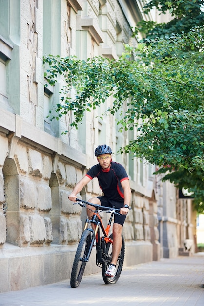 Sportivo maschio in bicicletta in bicicletta all'aperto Foto Premium