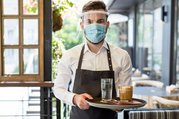 Cameriere maschio con maschera Foto Premium