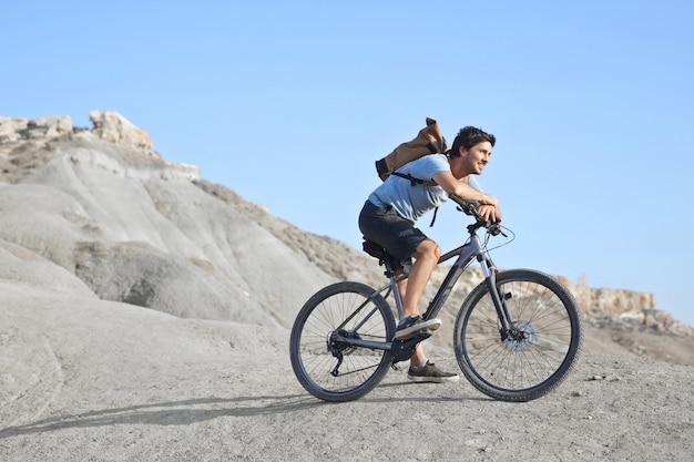Uomo in bicicletta su una montagna Foto Premium