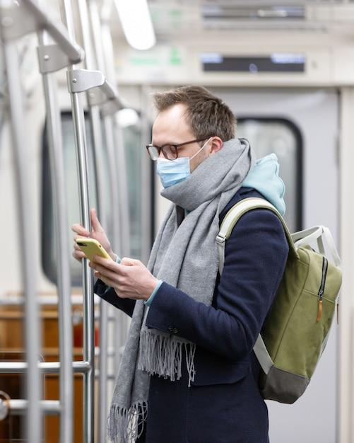 Uomo che respira attraverso una mascherina medica a causa del pericolo di contrarre il virus dell'influenza, il coronavirus Foto Premium