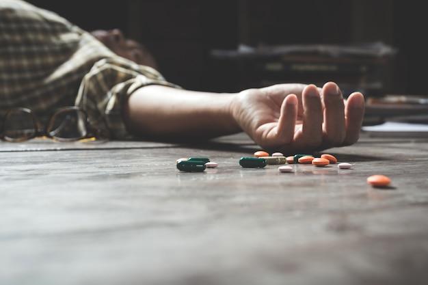 L'uomo che si suicida per overdose di farmaci. primo piano di pillole di overdose Foto Premium