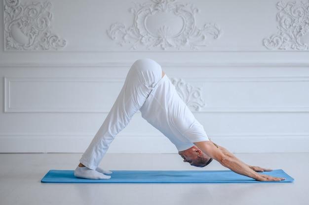 Uomo che fa yoga a casa Foto Premium