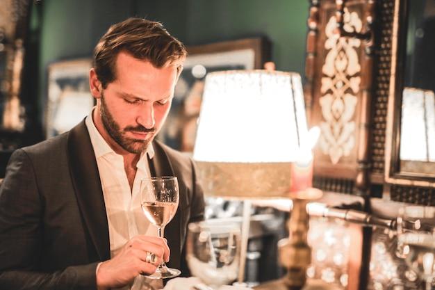 L'uomo beve vino nel ristorante Foto Premium