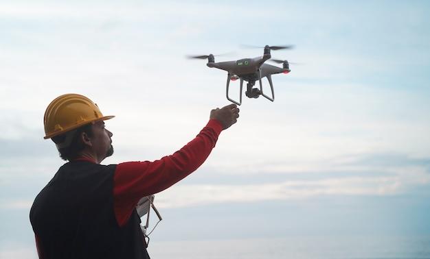 Ingegnere dell'uomo che vola con il drone Foto Premium