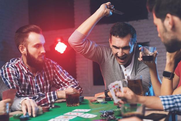 Un uomo di fortuna lancia carte sul tavolo. Foto Premium