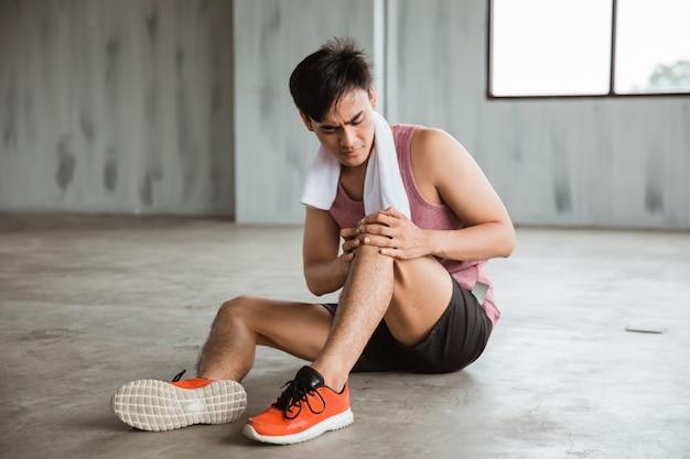 L'uomo ottiene lesioni al ginocchio durante l'allenamento Foto Premium