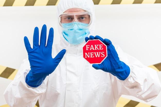 Man holding badge con notizie false Foto Premium