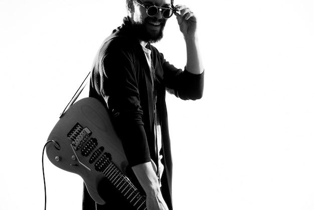 Un uomo che tiene una chitarra elettrica Foto Premium