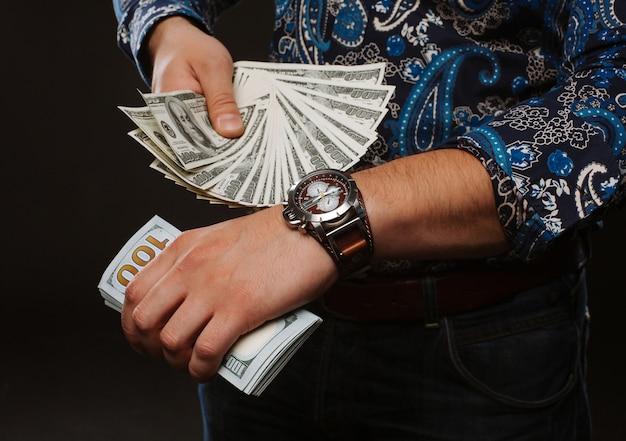 Un uomo con un sacco di soldi e si presenta in tempo. Foto Premium