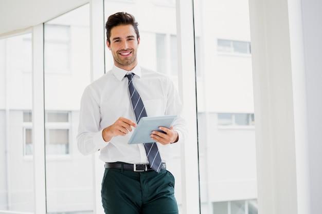 Un uomo è in possesso di un quaderno e sorridente Foto Premium