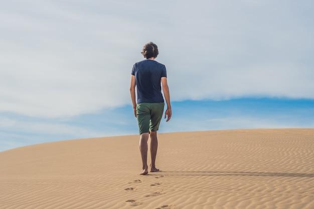 Un uomo sta camminando nel deserto del vietnam, mui ne Foto Premium
