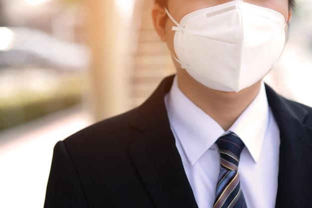 Un uomo indossa una maschera per prevenire covid-19 Foto Premium