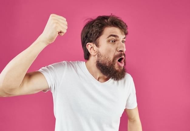 Uomo su sfondo rosa stress irritabilità aggressività gesticolando con le mani vista ritagliata. foto di alta qualità Foto Premium