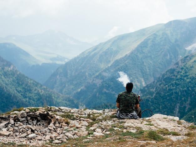 L'uomo rilassarsi in montagna sulla natura bellissimo paesaggio aria fresca nebbia alla luce del sole. Foto Premium