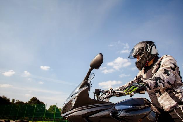 Uomo che guida una moto con spazio di copia Foto Premium