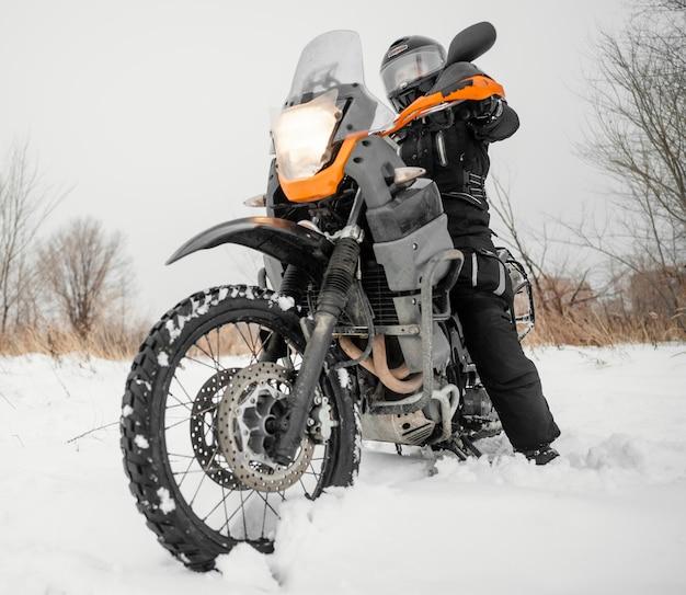Uomo in sella a moto il giorno d'inverno Foto Premium