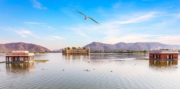 L'uomo sagar lake e jal mahal palace, jaipur, india. Foto Premium