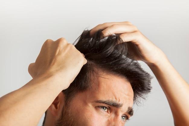 L'uomo che graffia la testa Foto Premium