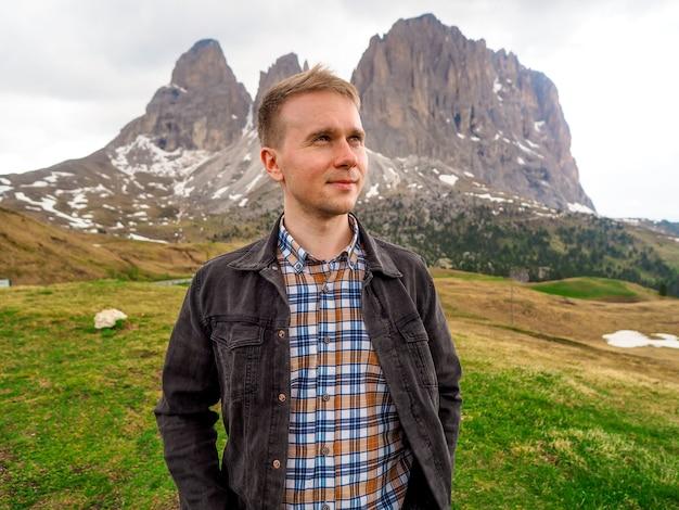 Un uomo si erge sullo sfondo delle dolomiti in italia Foto Premium