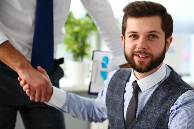 L'uomo in giacca e cravatta dà la mano come ciao in ufficio Foto Premium