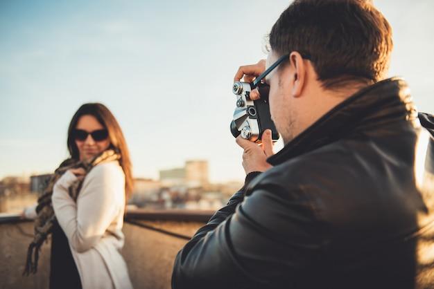Uomo che cattura maschera con la macchina fotografica Foto Premium