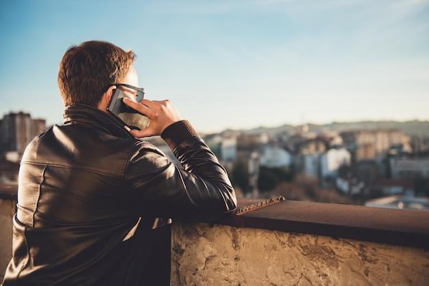 L'uomo parla al telefono Foto Premium