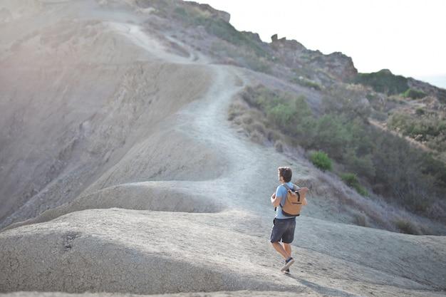 L'uomo cammina su una montagna Foto Premium