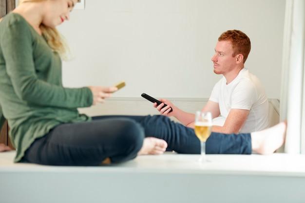 Uomo che guarda la tv a casa Foto Premium