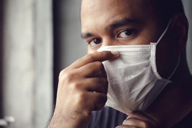 Uomo che indossa una maschera medica Foto Premium