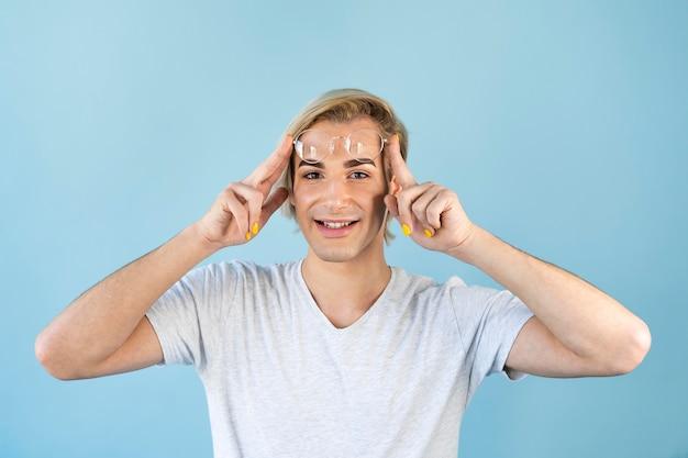 Uomo che indossa occhiali da lettura e smalto per unghie Foto Premium