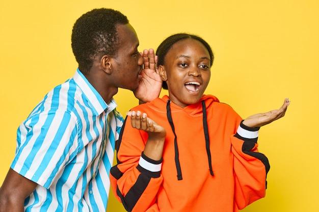 L'uomo sussurrando all'orecchio della sua ragazza Foto Premium
