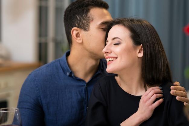 L'uomo sussurrando qualcosa alla sua ragazza Foto Premium