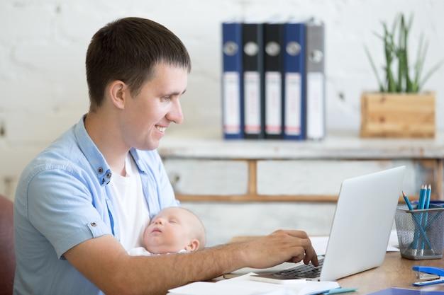 L'uomo con un bambino e un computer portatile Foto Premium