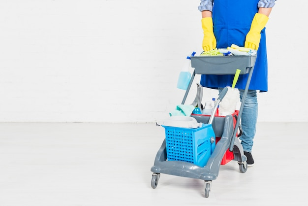 Uomo con prodotti per la pulizia Foto Premium