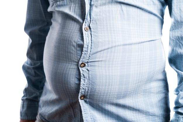 Uomo con sovrappeso. foto simbolica per pancia di birra, dieta senza successo e mangiare cibi sbagliati. concetto di perdita di peso. camicia stretta. Foto Premium