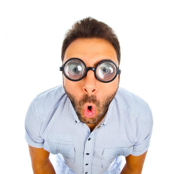 Uomo con un'espressione sorpresa e occhiali spessi. Foto Premium