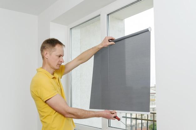 Uomo con finestra cieca. Foto Premium