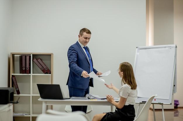 Manager e segretaria che lavora in ufficio. Foto Premium