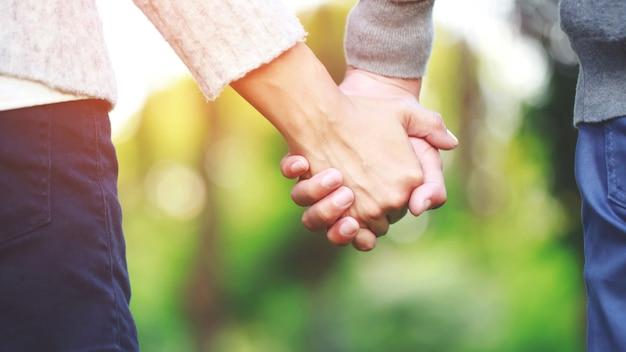 Mand e donna che tengono le mani Foto Premium