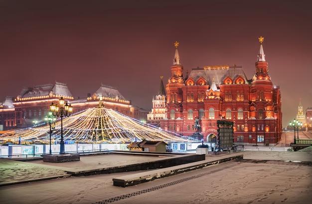 Piazza manezh a mosca nella neve e decorazioni natalizie Foto Premium