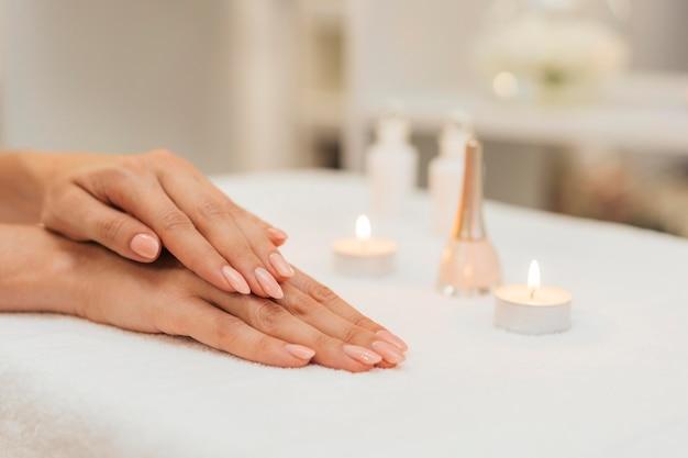 Manicure cura sana e candele Foto Premium