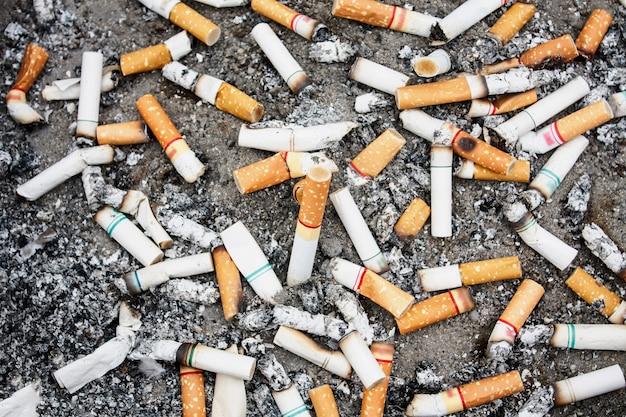 Molti mozziconi di sigaretta nel portacenere Foto Premium