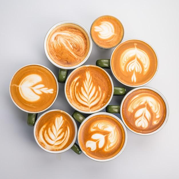 Molta tazza del latte del caffè sulla tavola bianca, vista superiore Foto Premium