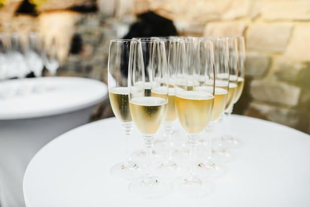 Molti bicchieri di champagne Foto Premium