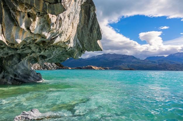 Grotte di marmo (capillas del marmol), lago general carrera, paesaggio del lago buenos aires, patagonia, cile Foto Premium