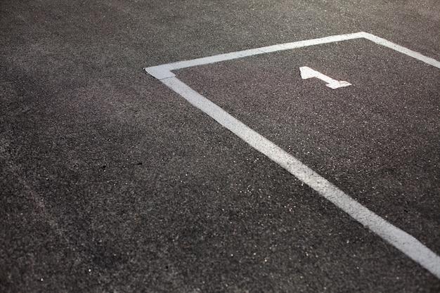 Posto di parcheggio contrassegnato su asfalto Foto Premium