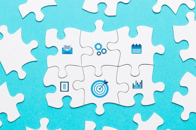 Icona di marketing sul pezzo di puzzle bianco su sfondo blu Foto Premium