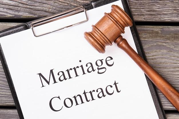 Contratto di matrimonio e martelletto legale. Foto Premium