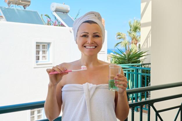 La donna matura si lava i denti Foto Premium